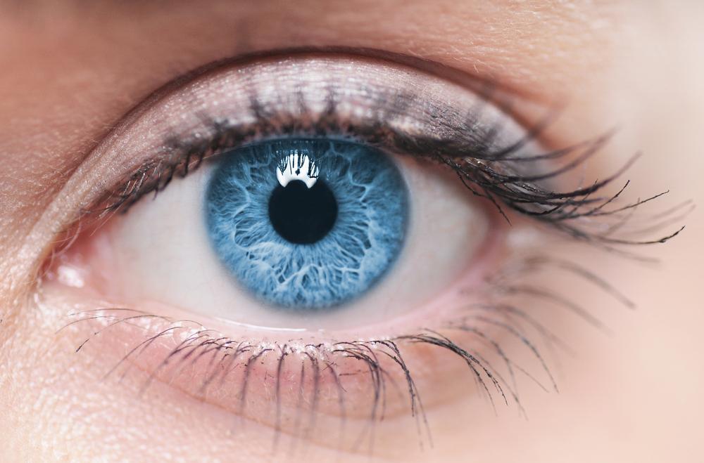 Инвестиции в цвет Калифорнийская компания Strōma Medical разработала лазерную технологию, позволяющую превратить глаза любого цвета в голубые. Ожидается, что стоимость операции составит 5000 долларов. Процедура заключается в следующем: врачи воздействуют на радужную оболочку глаза с помощью управляемого компьютером лазера, запуская естественный процесс уничтожения коричневого пигмента. Когда темный пигмент радужной оболочки полностью уничтожается, глаза становятся голубыми.