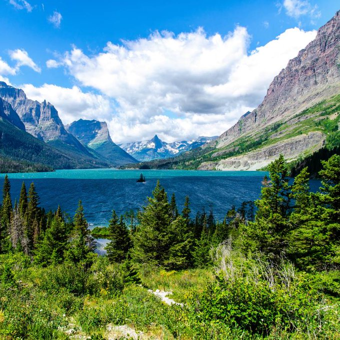 Magnificient mountain lake with stunning colors