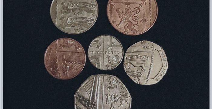 La libra registra mínimos de la sesión frente al euro y al dólar