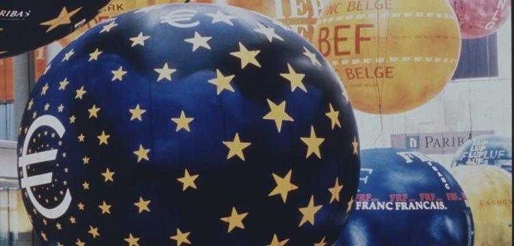 El euro, cerca de mínimos de 11 meses frente al dólar tras el dato del PMI