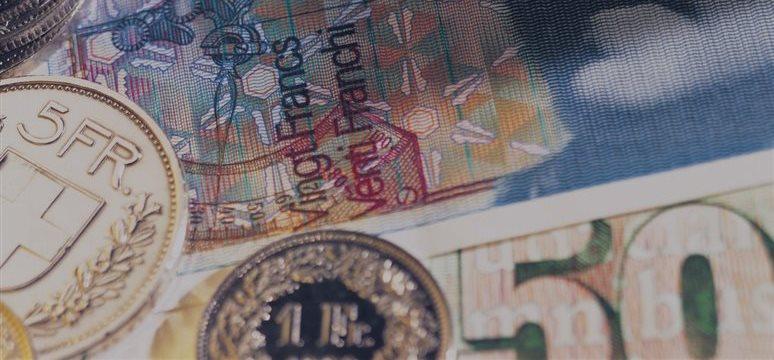 El billete verde y el franco suizo ganan durante la jornada europea