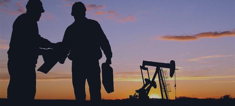 Petróleo sube durante las negociaciones en Europa, aún lastrado por el robusto dólar