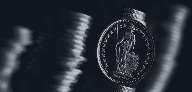 Franco suizo al alza, dólar a la baja