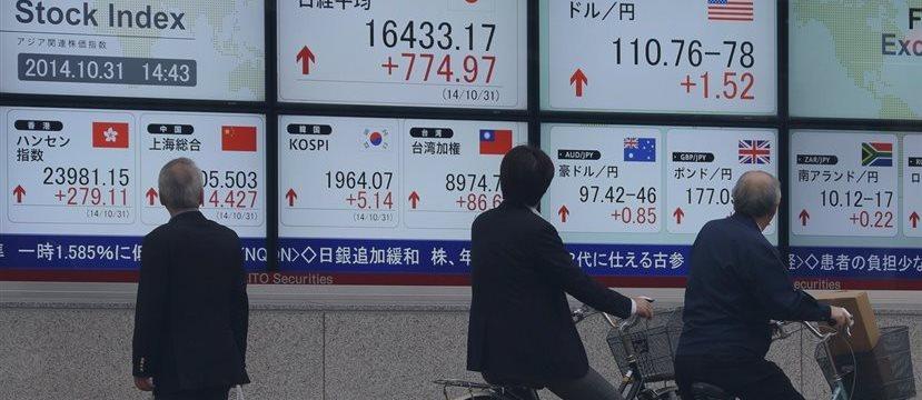 Acciones de Japón exhiben desempeño superior al resto de Asia, crudo descende