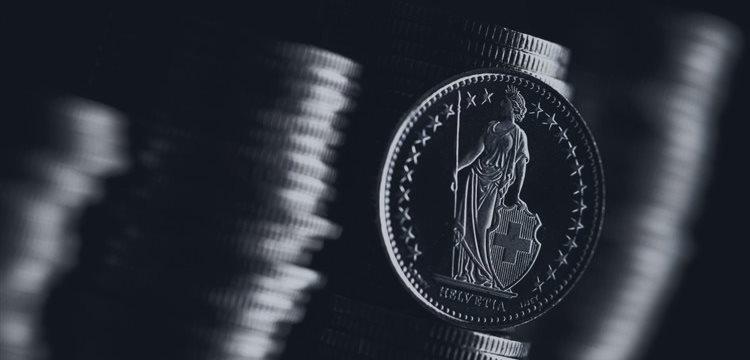 El franco suizo aumentó frente al dólar y disminuyó frente a la libra durante la sesión europea