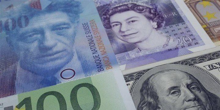 La libra esterlina desciende con respecto al dólar, euro y franco suizo durante las negociaciones en Europa