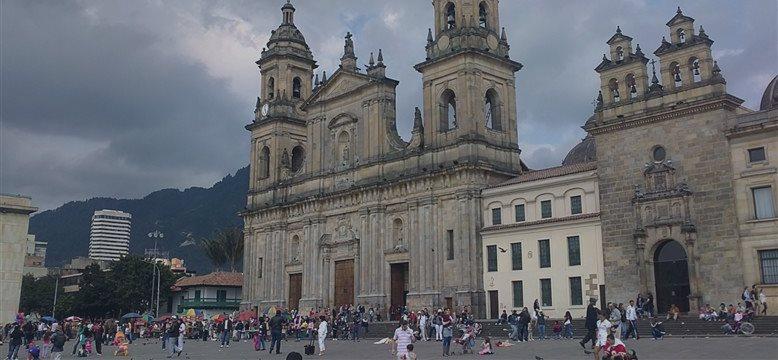 Colombia ajusta su plan financiero para 2015 subiendo el endeudamiento externo y reduciendo el interno