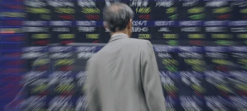 Pressionada por Grécia e petróleo, Bolsa de Tóquio tem maior queda em 11 meses