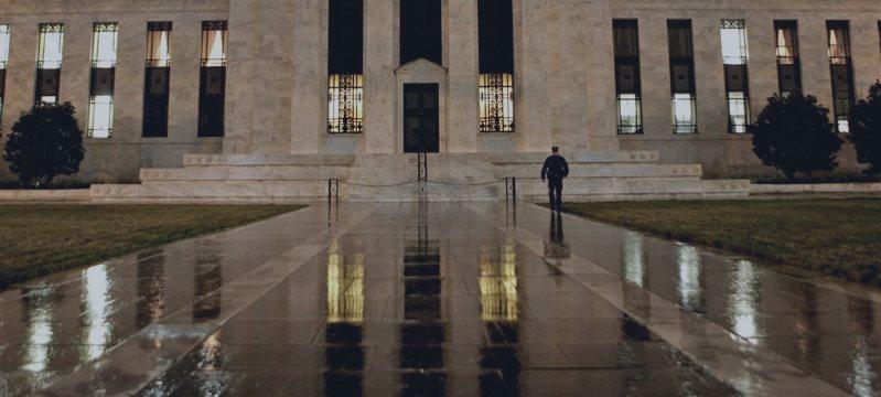 Dólar opera em queda à espera de sinais do Fed sobre juros