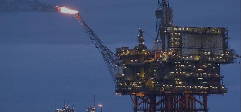 Petróleo cai após dados de estoques e redução de estimativas para a commodity