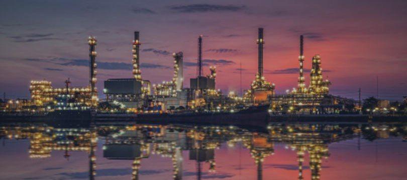 Petróleo reduz perdas, mas se mantém pressionado após PMI chinês e greve nos EUA