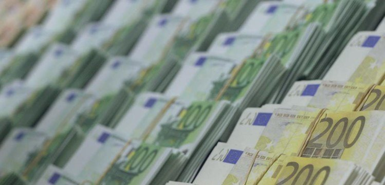 Divergência de rumos entre BCE e Fed aproxima euro da paridade com dólar