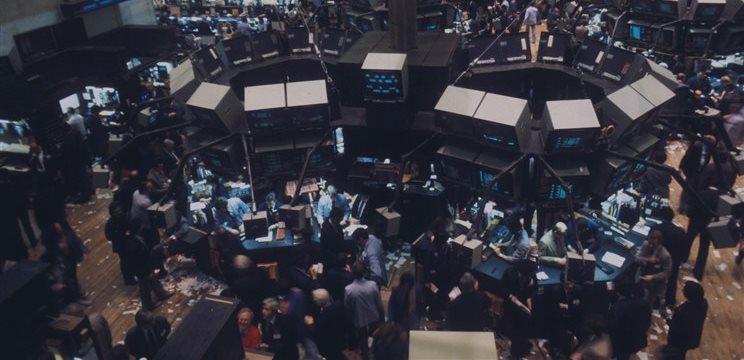 Bolsas europeas caen a media sesión; euro se recupera frente al dólar