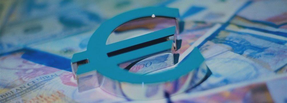 Евро продолжает расти против основных валют