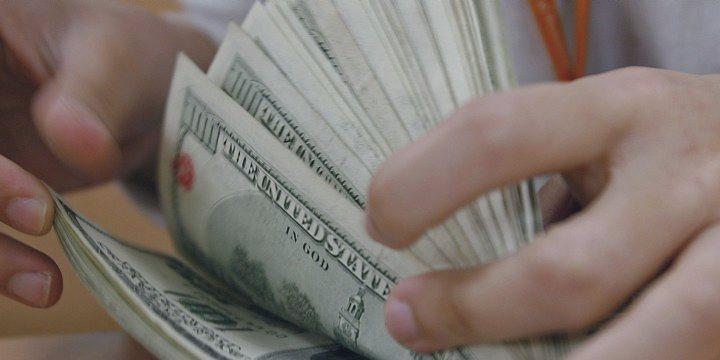 Dólar sobe com cenário político nom foco