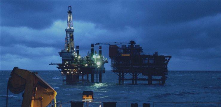 Petróleo cae tras datos en China y dólar fortalecido