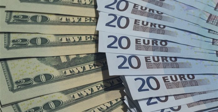 Dollar crawls higher, as hopes for rate hike keep supporting US currency