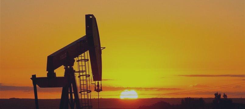 Нефть продолжает расти на замедлении сланцевого бума