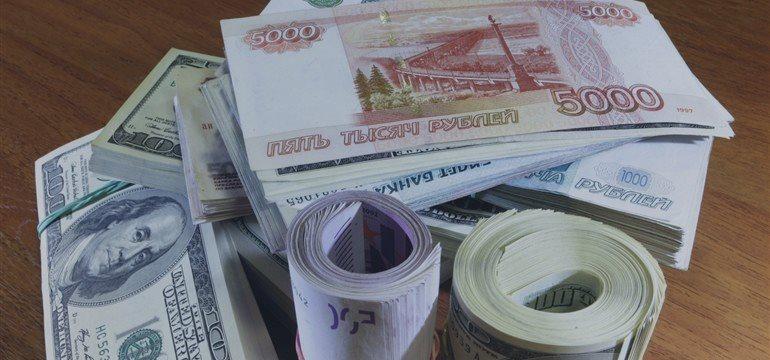 Рубль продолжает укрепление против доллара и евро в среду утром