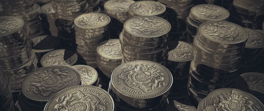 Pound dips, as greenback regains strength