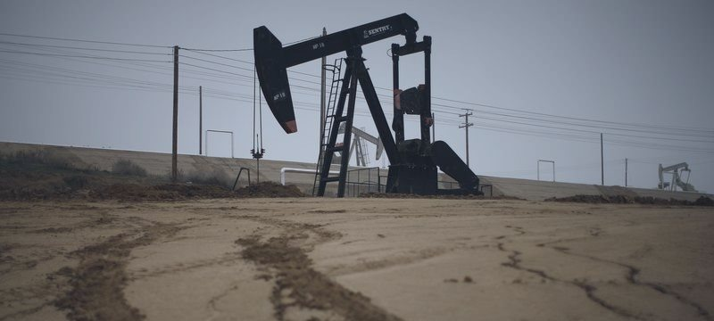 Petróleo sobe sustentado por dados do DoE sobre estoques e dólar fraco ante euro