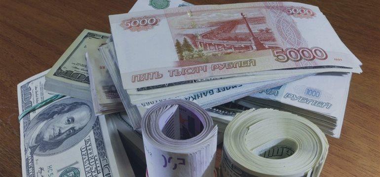 Рубль начал торги в понедельник укреплением к доллару и евро
