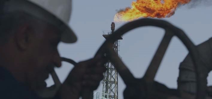 Petróleo opera em baixa, antes de dados sobre plataformas nos EUA