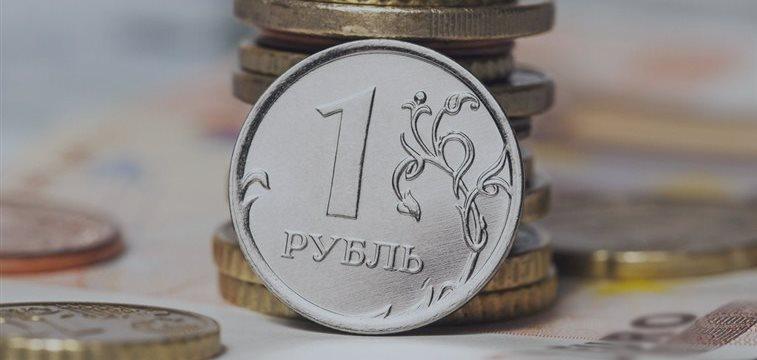 Рубль падает вслед за нефтью, доллар снова растет