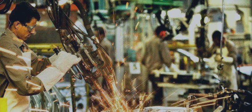 Confiança da indústria recua 1,6% em maio ante abril, diz FGV