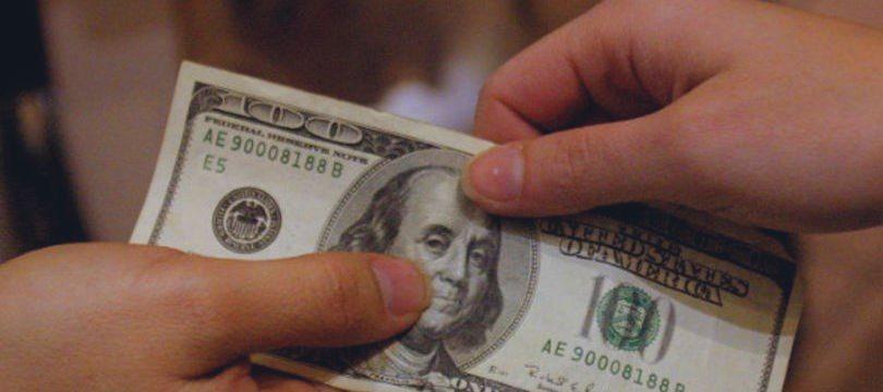Dólar sobe em linha com o exterior e mal-estar com ruídos políticos