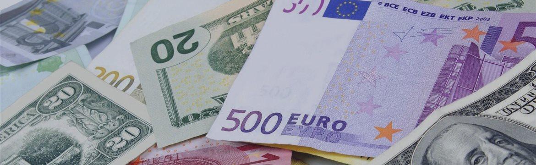 Евро снижается в понедельник на страхах по Греции