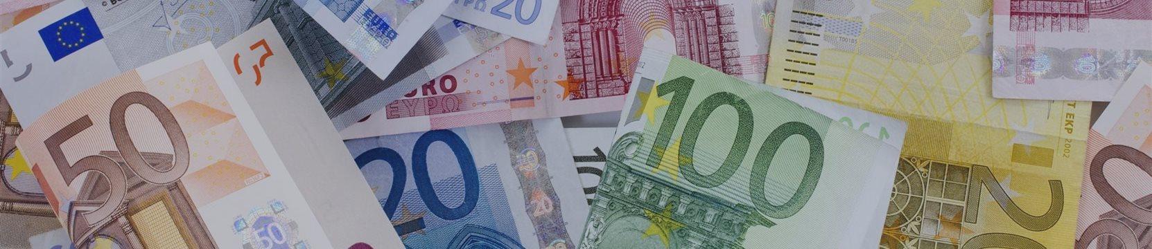 Евро упал к основным валютам из-за Греции