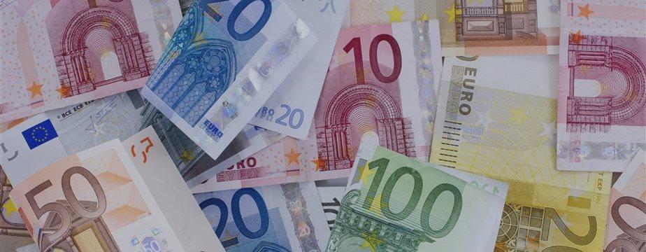Евро падает на ожидании саммита по Греции