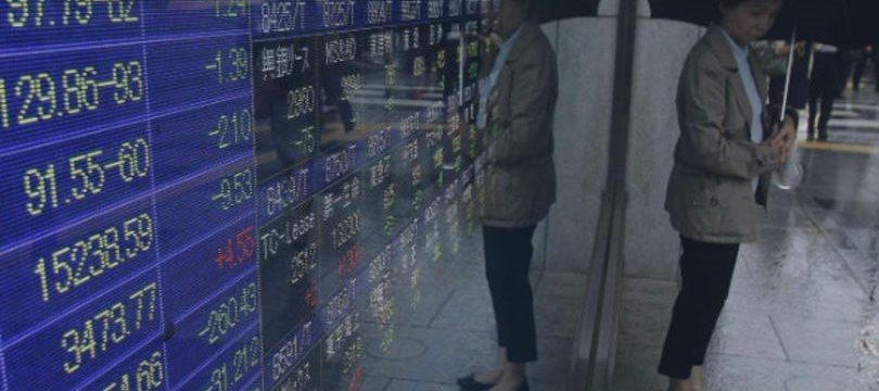 Bolsa de Tóquio fecha em baixa com dólar fraco e balanços dos EUA