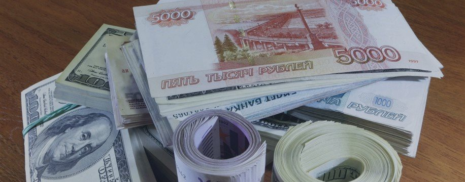 Свободное падение российского рубля: евро за 69,5, доллар за 63,5