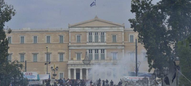 """Греческий парламент одобрил соглашение. Греки скандируют: """"Ципрас, ты предал народ. Уходи!"""""""