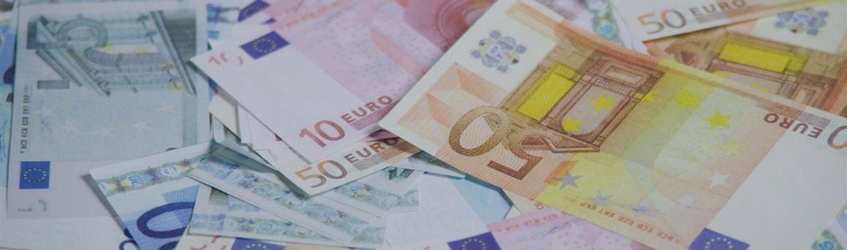 Евро растет в среду к большинству валют, окреп и фунт