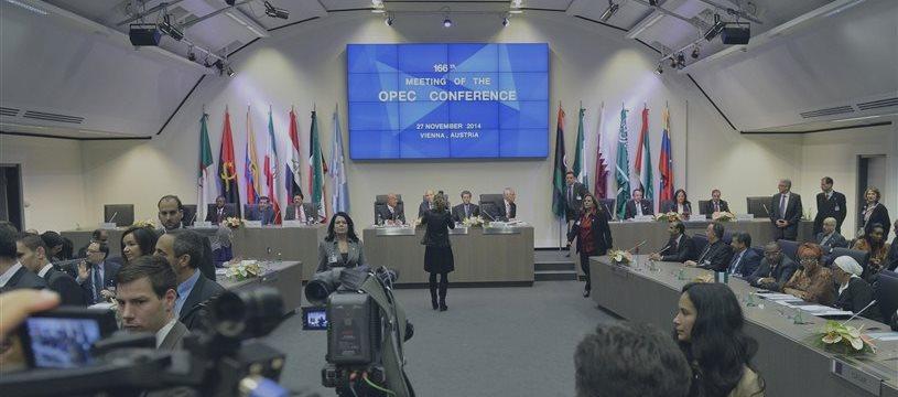 委内瑞拉推动与俄罗斯召开紧急会议 应对油价下跌