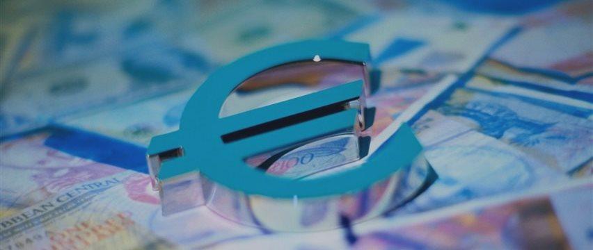 Евро растет к доллару на всеобщей неопределенности