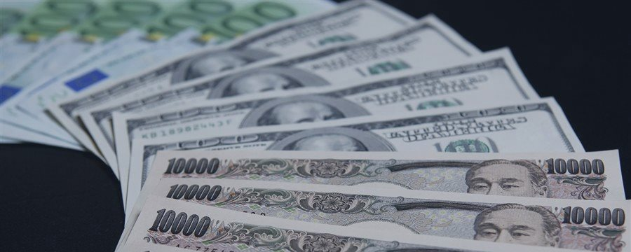 Dollar, Treasury yields jump after strong GDP