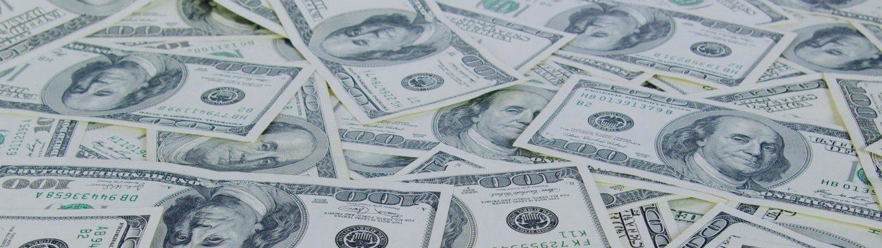 Доллар отошел от пятничных минимумов, но остается под давлением