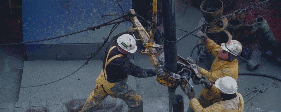 原油価格は、需要の状況の背景に異なる方向に変更された