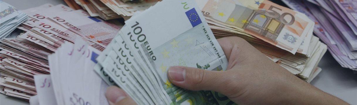 Евро упал до семимесячных минимумов на заявлениях Драги и на фоне греческих протестов