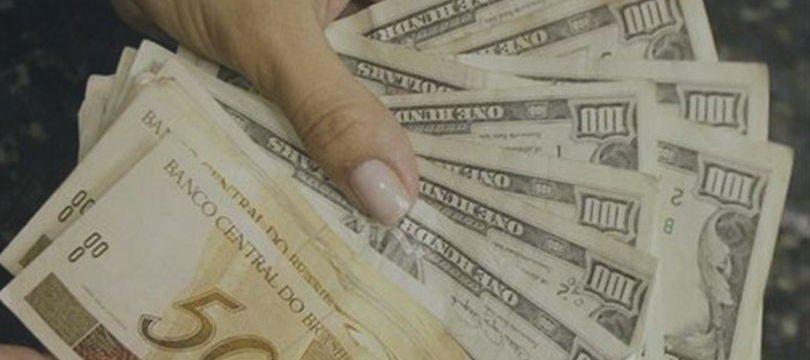 Dólar segue exterior e volta acima de R$3,70 com China e correção