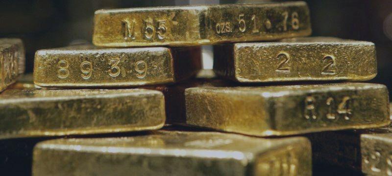 Oro sube 1% y caída del dólar impulsa cobertura de posiciones cortas