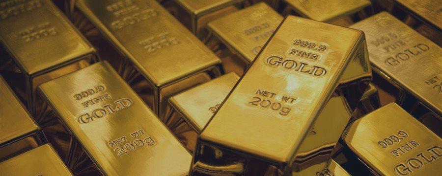 Золото слегка снижается, но остается у трехнедельных максимумов