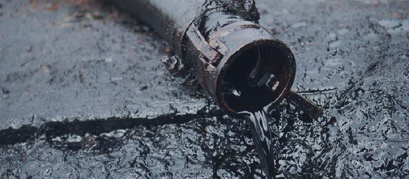 Цены на нефть падают на фоне сильного доллара