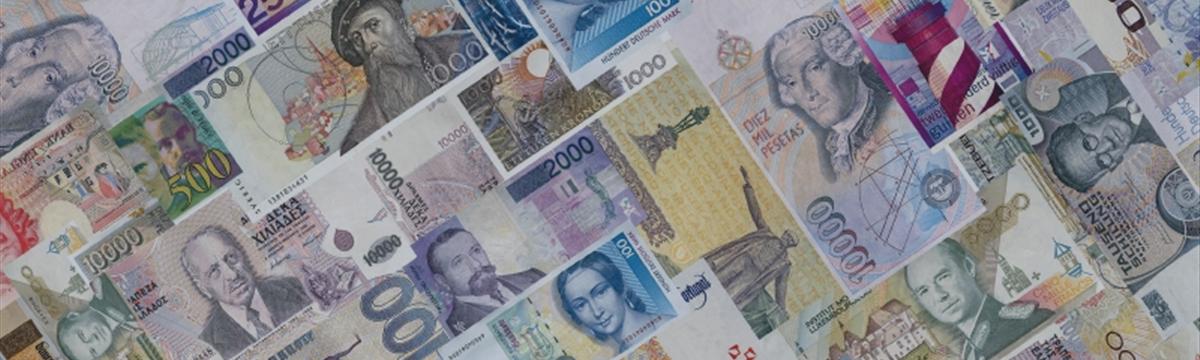 Доллар держится у двухмесячных пиков на фоне ожиданий повышения ставки ФРС