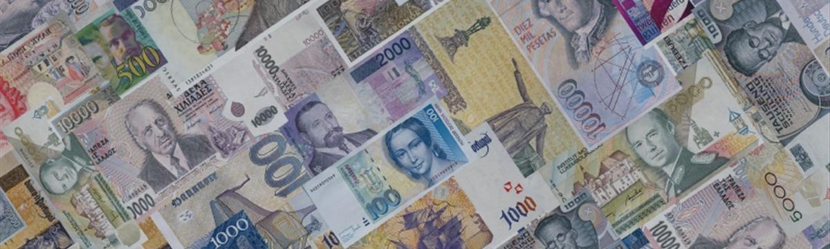 Доллар дешевеет к евро и большинству других мировых валют