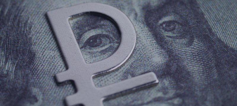 Рубль укрепляется к доллару и евро на фоне роста нефтяных цен